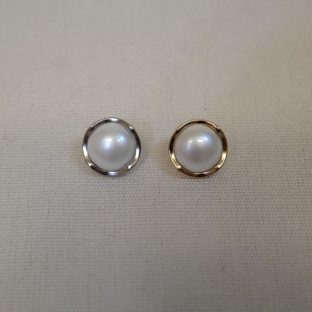 knoflík-perleť se stříbrným krajem