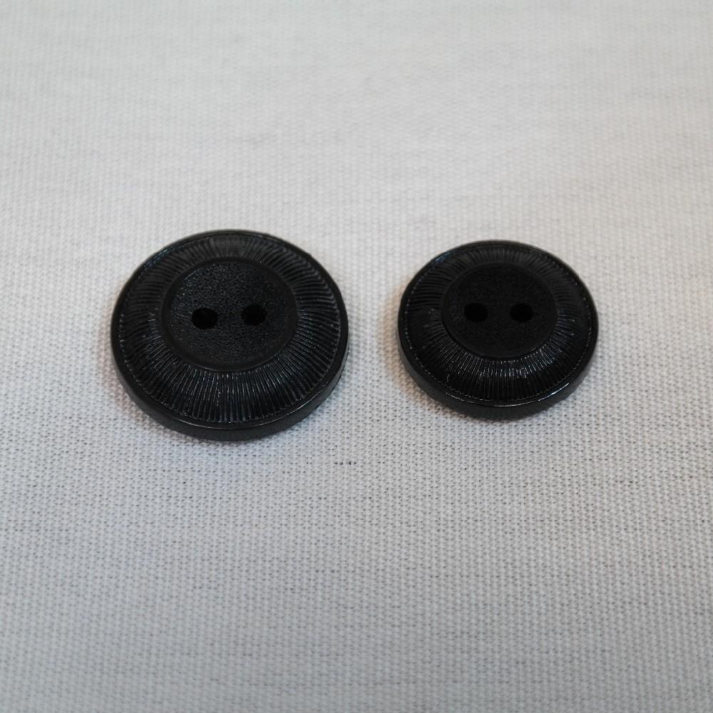 knoflík černý se středem
