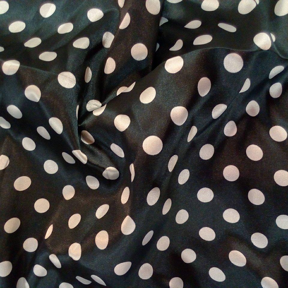 Satén drukovaný černý bílé puntíky