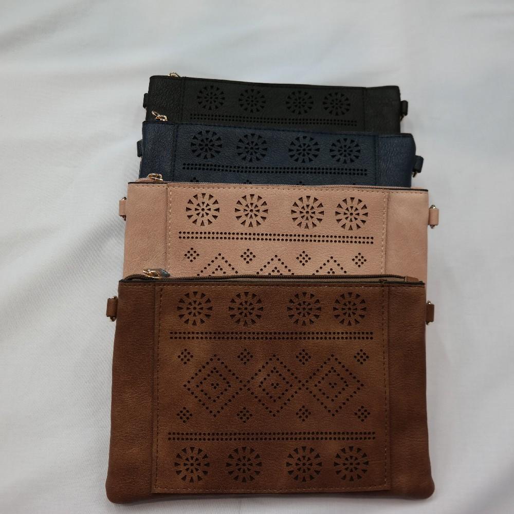 kabelka s vysekávaným vzorem