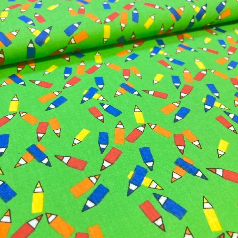 bavlna pastelky na zeleném podkladě