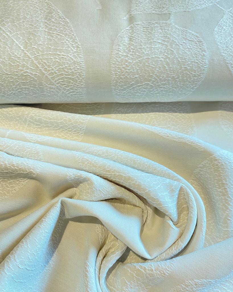 dekoračka  krémová plastické bílé listy150cm pes