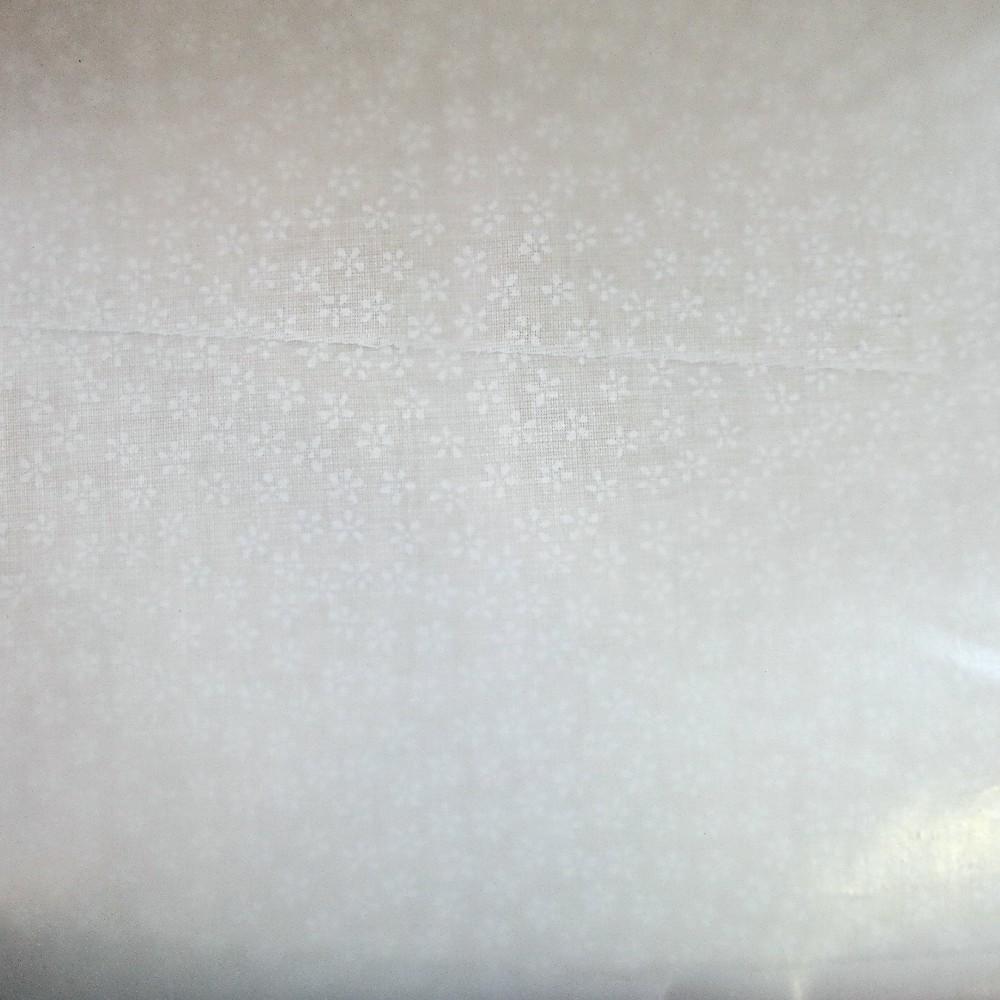 bavlna bílé kytičky na krémovém podkladě 140 cm
