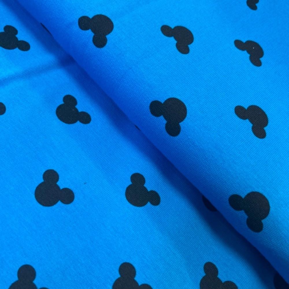 teplákovina mickey mouse na modrém podkladě