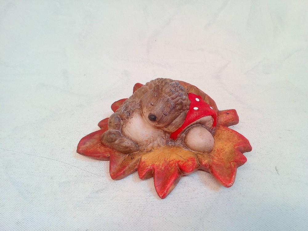ježek na listě keramika