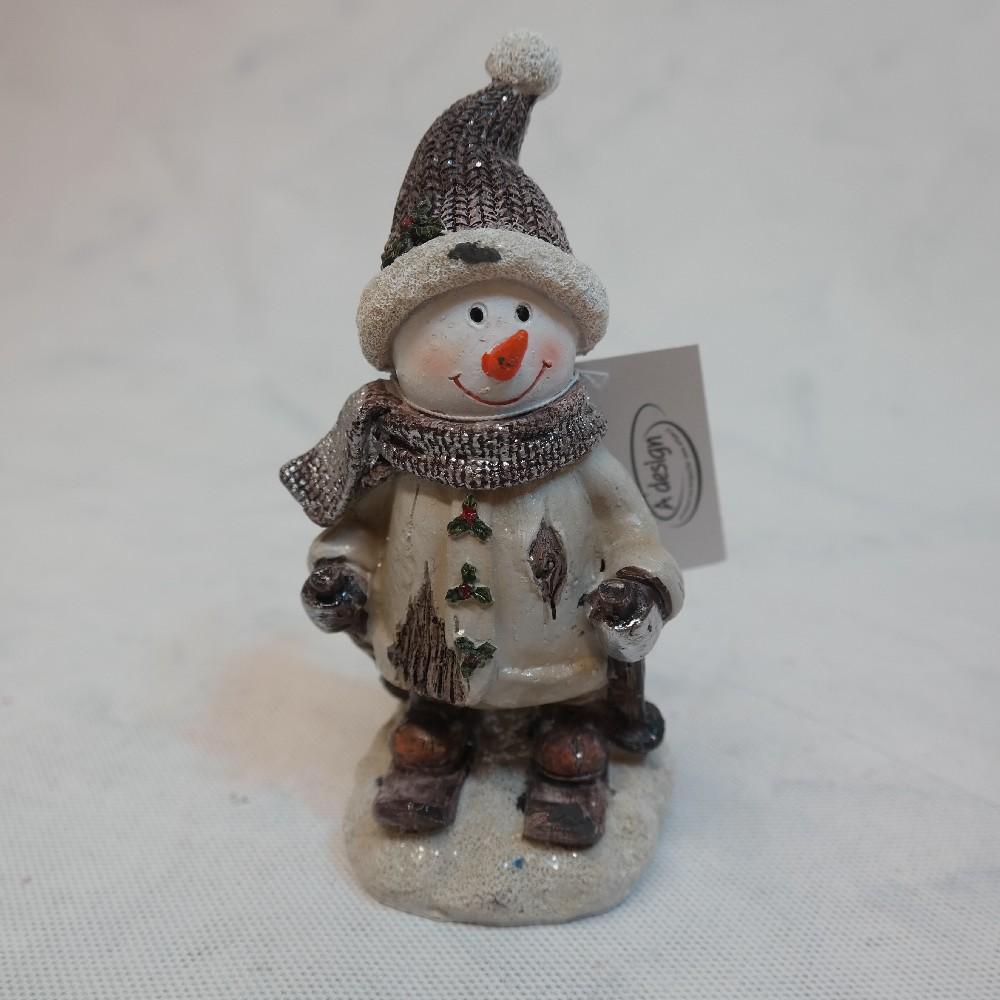 sněhulák na saních s čepicí