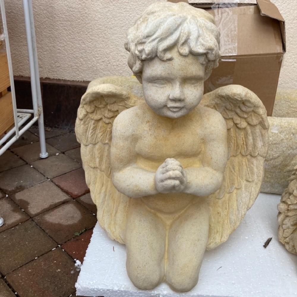 anděl klečící pískovec