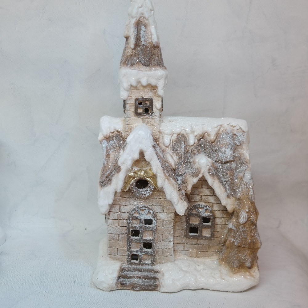 kostel svítící vánoční dekorace